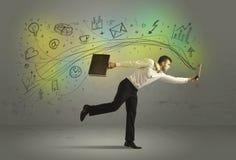 Bedrijfsmens in een stormloop met krabbelmedia pictogrammen Royalty-vrije Stock Foto