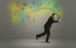 Bedrijfsmens in een stormloop met krabbelmedia pictogrammen Stock Afbeelding