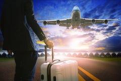 Bedrijfsmens en bagage die zich in luchthaven en passagier straalp bevinden Stock Afbeeldingen