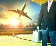 Bedrijfsmens en breifcase die zich in de luchthaven eindbouw bevinden Royalty-vrije Stock Foto's