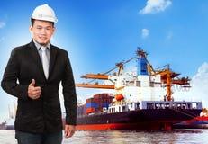 Bedrijfsmens en comercial schip met container op haven Stock Afbeelding