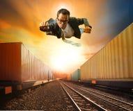 Bedrijfsmens en de industriecontainer die trainst op Ra lopen vliegen Stock Foto's