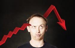 Bedrijfsmens en rode pijl Neerstorting van investeringen en crisisconcept stock afbeeldingen