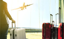 Bedrijfsmens en stapel die van reizende bagage zich in luchthaven bevinden Stock Foto's