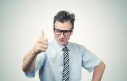 Bedrijfsmens in glazen met omhoog duimen Royalty-vrije Stock Foto's