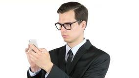 bedrijfsmens of het succesvolle werken aan slimme telefoon, Internet die, portret doorbladeren stock videobeelden