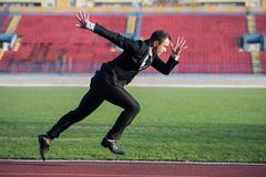 Bedrijfsmens klaar aan sprint royalty-vrije stock foto's