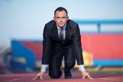 Bedrijfsmens klaar aan sprint stock afbeeldingen