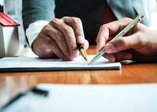 Bedrijfsmens met belastingsberekening voor van de huisbelasting en auto lening royalty-vrije stock afbeeldingen