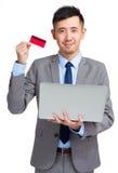 Bedrijfsmens met creditcard en computer Royalty-vrije Stock Afbeeldingen