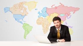 Bedrijfsmens met de kleurrijke achtergrond van de wereldkaart Stock Foto's