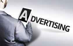 Bedrijfsmens met de tekst die in een conceptenbeeld adverteren Stock Foto