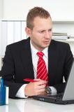 Bedrijfsmens met gebrek aan concentratie royalty-vrije stock foto's