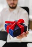 Bedrijfsmens met giftenzakenman die een gift aanbieden aan u Royalty-vrije Stock Afbeelding