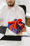 Bedrijfsmens met giftenzakenman die een gift aanbieden aan u Stock Foto