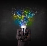 Bedrijfsmens met gloeiende media pictogrammen die hoofd exploderen Stock Afbeelding