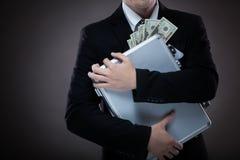 Bedrijfsmens met kofferhoogtepunt van geld Stock Foto's