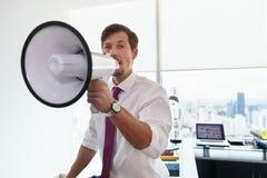 Bedrijfsmens met Megafoon die Aankondiging in Bureau doen Stock Foto's