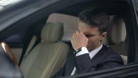 Bedrijfsmens met zichtproblemen die glazen in auto, zware baan van start gaan stock video