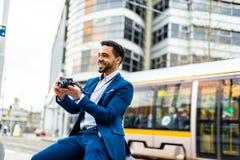 Bedrijfsmens op blauw kostuum in openlucht royalty-vrije stock foto