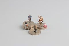 Bedrijfsmens op de bovenkant van muntstukkenstapel Stock Fotografie