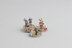 Bedrijfsmens op de bovenkant van muntstukkenstapel Royalty-vrije Stock Afbeeldingen