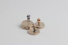 Bedrijfsmens op de bovenkant van muntstukkenstapel Royalty-vrije Stock Foto's