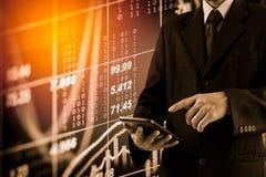 Bedrijfsmens op digitale backgro van de effectenbeurs financiële indicator Stock Foto's