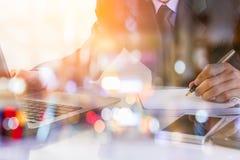 Bedrijfsmens op digitale backgro van de effectenbeurs financiële indicator Stock Fotografie