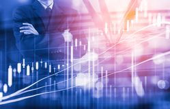 Bedrijfsmens op digitale financiële effectenbeurs en pijltjebackgrou Stock Foto's