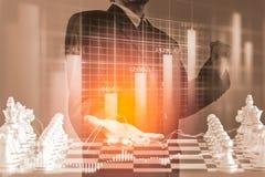 Bedrijfsmens op digitale financiële effectenbeurs en schaakbackgro Stock Foto