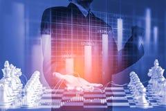 Bedrijfsmens op digitale financiële effectenbeurs en schaakbackgro Stock Fotografie