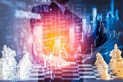 Bedrijfsmens op digitale financiële effectenbeurs en schaakbackgro Royalty-vrije Stock Afbeeldingen