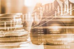 Bedrijfsmens op indicator van de effectenbeurs de financiële handel backgroun Stock Foto's