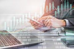 Bedrijfsmens op indicator van de effectenbeurs de financiële handel backgroun Stock Fotografie