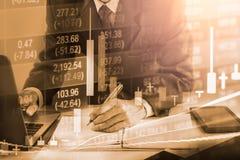 Bedrijfsmens op indicator van de effectenbeurs de financiële handel backgroun Royalty-vrije Stock Afbeelding