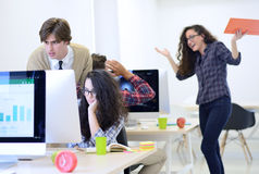 Bedrijfsmens op startkantoor die zorgen over het werk hebben Stock Afbeeldingen
