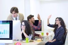 Bedrijfsmens op startkantoor die zorgen over het werk hebben Stock Foto
