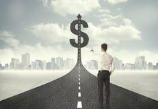 Bedrijfsmens op wegrubriek naar een dollarteken Stock Afbeeldingen