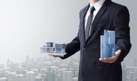 Bedrijfsmens uitgezocht modern huis en de bouw Stock Fotografie