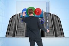 Bedrijfsmens van de rug tegen gegevenscentrum Royalty-vrije Stock Afbeelding
