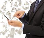 Bedrijfsmens wat betreft slimme telefoon met de achtergrond van de geldregen Stock Fotografie