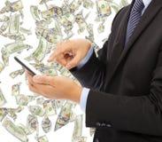 bedrijfsmens wat betreft slimme telefoon met geldregen Stock Afbeeldingen