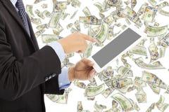 Bedrijfsmens wat betreft tablet met geldregen Royalty-vrije Stock Fotografie