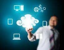 Bedrijfsmens wat betreft technologie van wolk gegevensverwerking Royalty-vrije Stock Foto's
