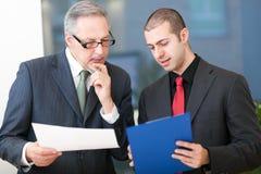 Bedrijfsmensen aan het werk in hun bureau Stock Fotografie