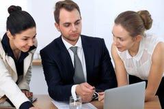 Bedrijfsmensen of advocaten op vergadering in het bureau Nadruk op een mens die in laptop richten Royalty-vrije Stock Foto's