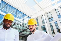 Bedrijfsmensen als architect met bouwtekening royalty-vrije stock afbeelding
