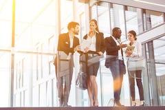 Bedrijfsmensen als commercieel team die in het bureau spreken royalty-vrije stock foto