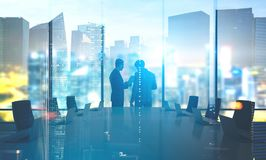 Bedrijfsmensen in bestuurskamer, nacht, dubbel Stock Foto